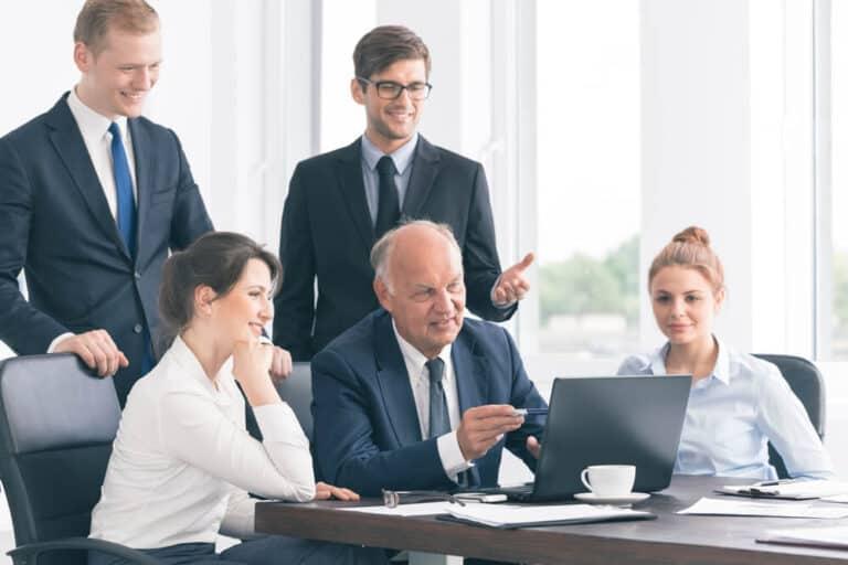 ניהול עסק משפחתי, צוות מסתכל על מחשב
