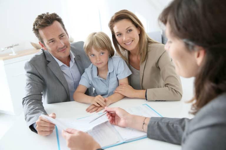 משפחה מקבלת נתונים ממומחה