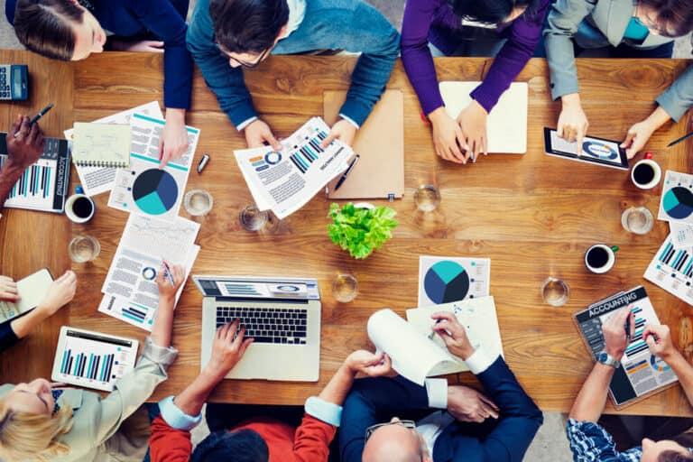 ליווי ניהולי, צוות אנליטיקה יושב מסביב לשולחן ומנתח נתונים