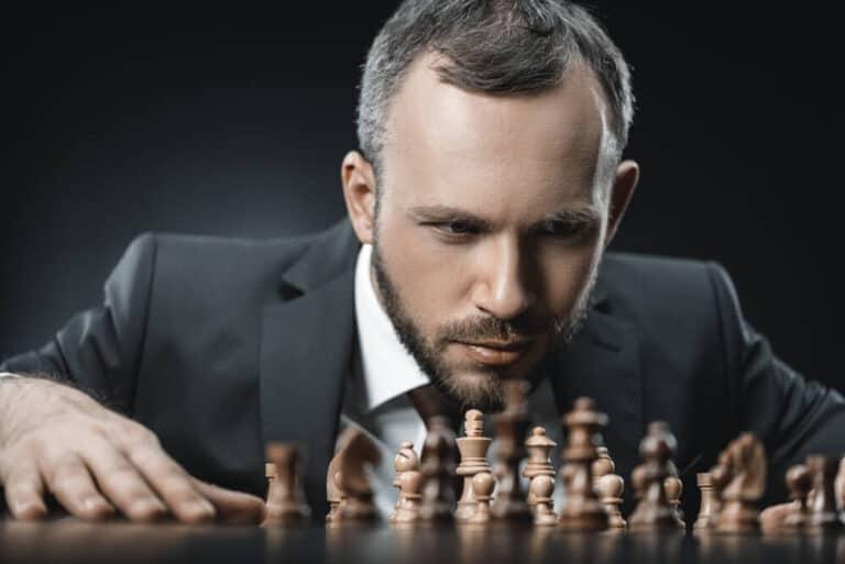 איש מסתכל על לוח שחמט